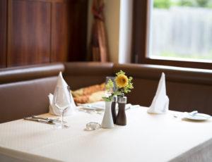 gedeckter Tisch im Restaurant Weinlandhof