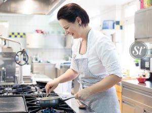 Rosemarie Pichler in der Küche